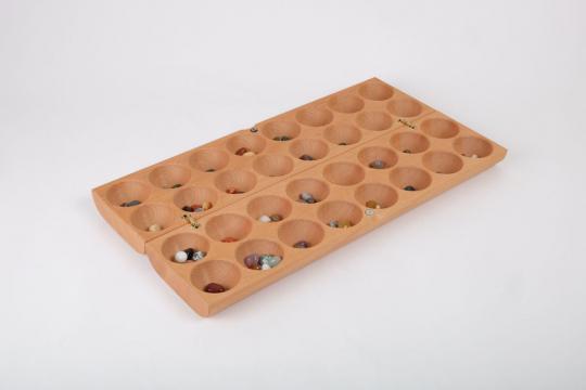 Afrikanisches Brettspiel »Bao« mit Halbedelsteinen.