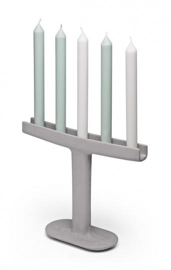 Beton-Kerzenleuchter »Menorah«.