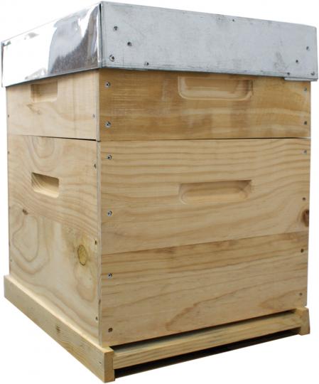 Bienenbox mit Metalldeckel und astfreiem Holz.