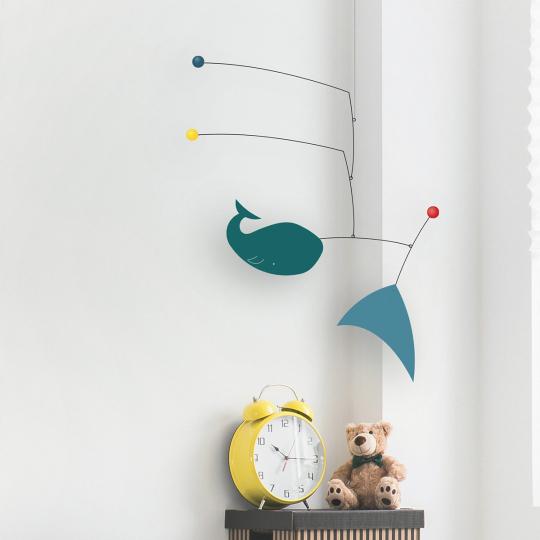 Designer Mobile mit Walfisch-Baby »Léo«.