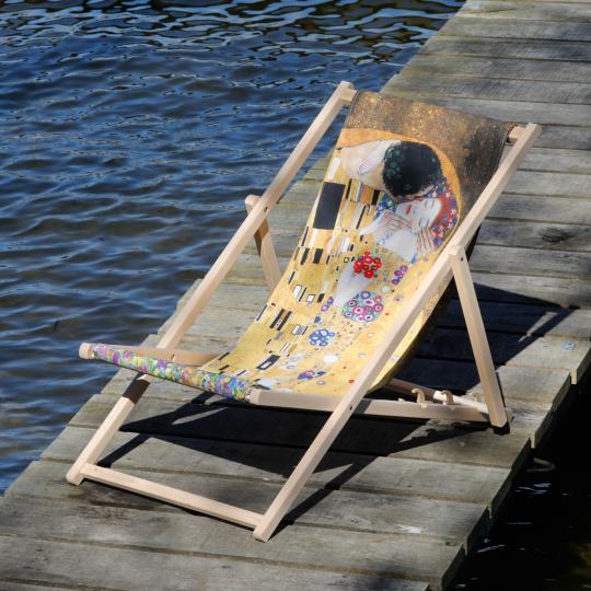 Kunst-Liegestuhl Gustav Klimt »Der Kuss«.