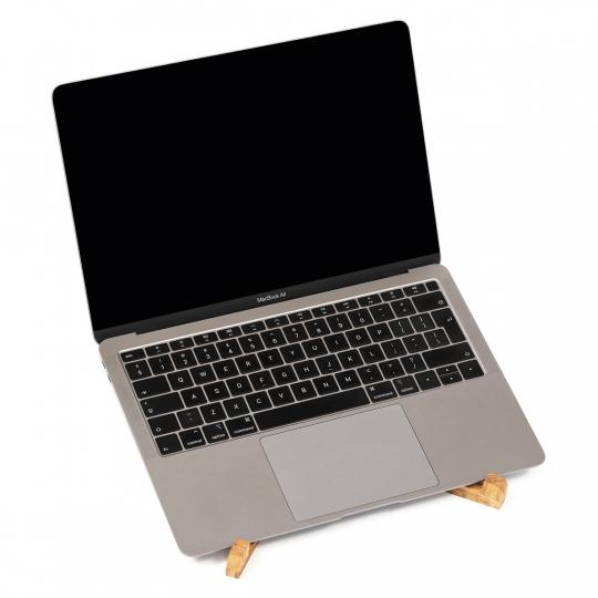 Laptophalter aus Eichenholz.