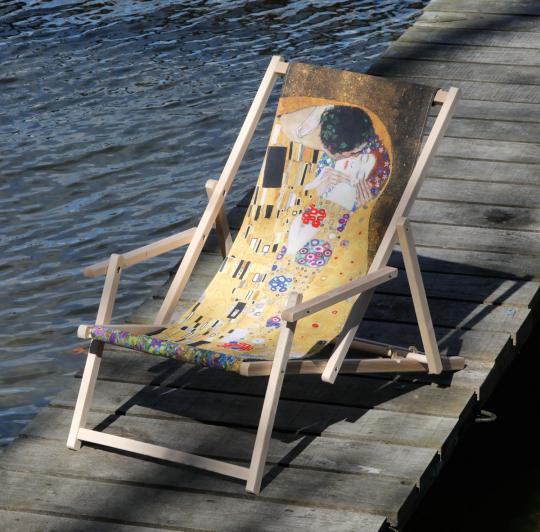 Liegestuhl mit Armlehnen Gustav Klimt »Der Kuss«.