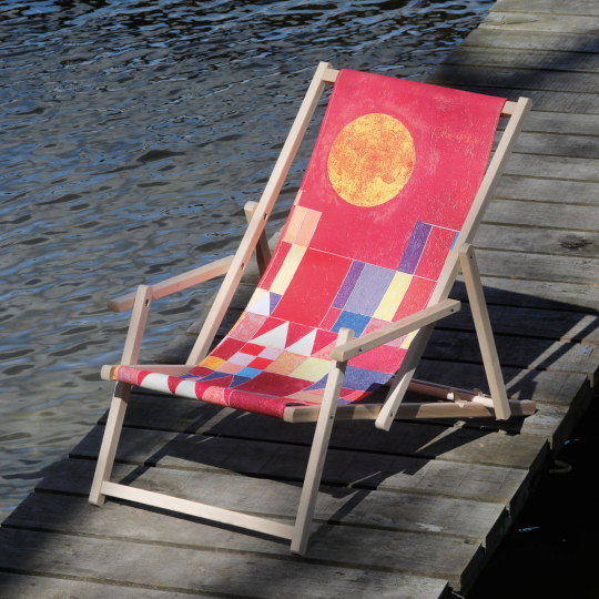 Liegestuhl mit Armlehnen Paul Klee »Burg und Sonne«.