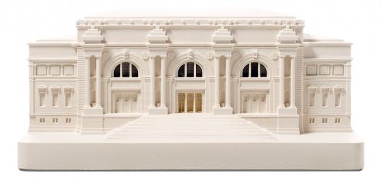 »Metropolitan Museum of Art.« Modell-Replik und Buchstütze.