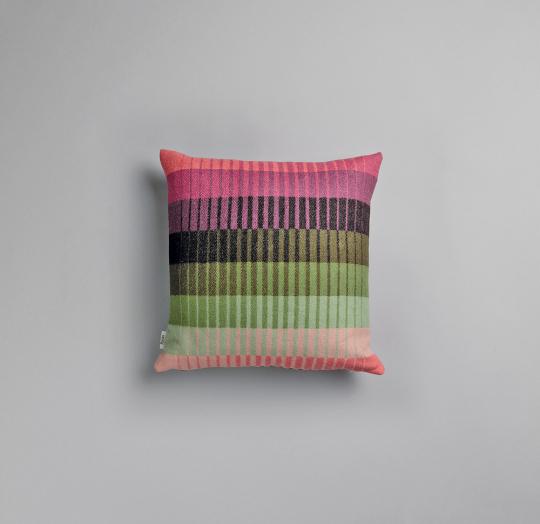 Røros Tweed Kissen »Åsmund Gradient rosa/grün«.