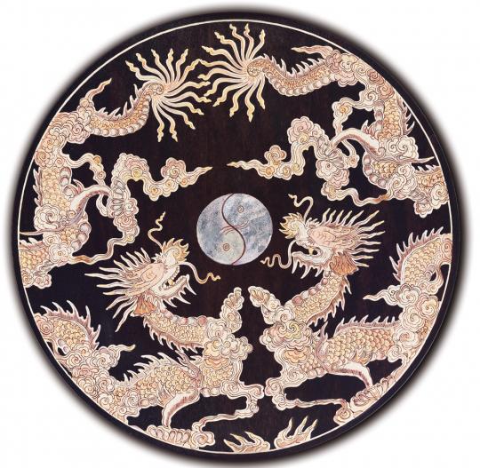 Yin Yang, von zwei Drachen beschützt. Relief-Intarsie aus Vietnam
